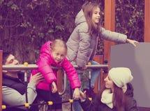 Parents les enfants de aide sur la glissière Photo stock