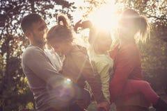 Parents les filles de transport aux bras Photographie stock libre de droits
