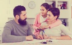 Parents les papiers de signature pour le divorce Images libres de droits