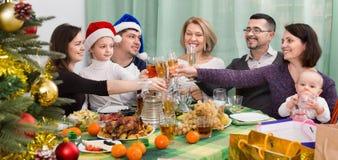 Parents mûrs avec des enfants célébrant le Joyeux Noël Image libre de droits