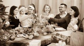 Parents mûrs avec des enfants célébrant le Joyeux Noël Image stock