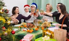 Parents mûrs avec des enfants célébrant le Joyeux Noël Images stock