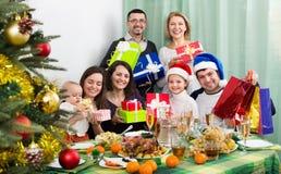 Parents mûrs avec des enfants célébrant le Joyeux Noël Photographie stock