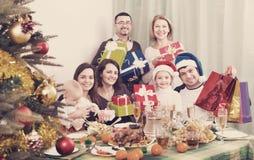 Parents mûrs de sourire avec des enfants célébrant le Joyeux Noël Images stock