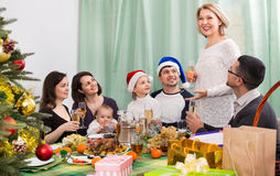 Parents mûrs heureux avec des enfants célébrant le Joyeux Noël Photos stock