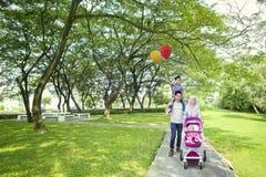 Parents musulmans ayant l'amusement avec des enfants dans extérieur Photographie stock libre de droits