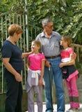 Parents parlant avec des enfants Images stock