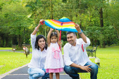 Parents pilotant le cerf-volant avec l'enfant Image stock