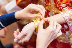 Parents pluss âgé présent le bracelet d'or comme bénédiction i Photos stock
