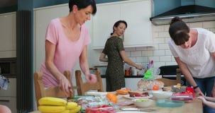 Parents préparant le déjeuner dans la cuisine banque de vidéos