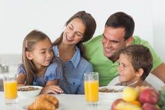 Parents prenant le petit déjeuner avec leurs enfants Photo libre de droits