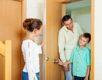 Parents réprimandant son fils d'adolescent image stock