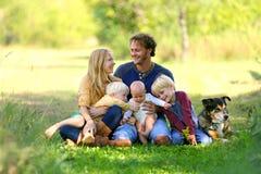 Parents regardant affectueusement l'un l'autre avec Famil et chien Photographie stock