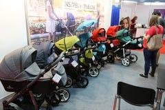 Parents regardant des chariots à bébé Photographie stock libre de droits