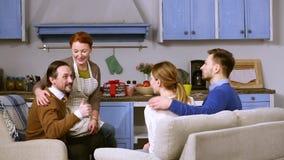 Parents rencontrant leur daughetr et son futur mari banque de vidéos