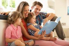 Parents s'asseyant avec des enfants Photographie stock libre de droits