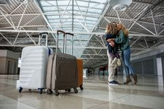 Parents satisfaisants se réunissant à l'aéroport Photographie stock