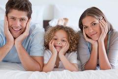 Parents se trouvant sur un bâti avec leur fils Photographie stock