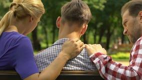 Parents soutenant le fils bouleversé après examen, appui de famille et soin échoués clips vidéos