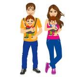Parents tenant tenir leurs enfants avec le transporteur de bébé illustration stock