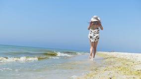 pareo和比基尼泳装的亭亭玉立的妇女沿黑海海岸跑在slo mo 股票录像