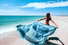 Pareo εκμετάλλευσης κοριτσιών στην παραλία στοκ εικόνα