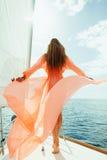 性感的妇女在游泳衣pareo游艇海巡航假期 免版税库存图片