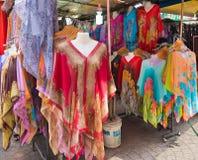Pareos coloridos brillantes en el mercado chino Fotografía de archivo libre de regalías