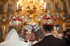 pares à moda da cerimônia de casamento na igreja antiga Foto de Stock