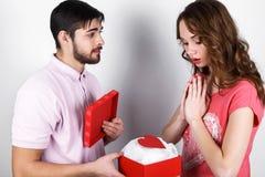 Pares à moda felizes no amor Imagens de Stock Royalty Free