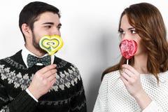 Pares à moda felizes no amor Imagens de Stock