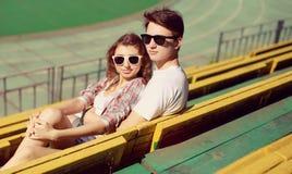 Pares à moda no amor, modernos da foto do vintage Foto de Stock