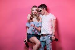 Pares à moda novos na roupa ocasional que levanta e que engana ao redor Fotografia de Stock Royalty Free