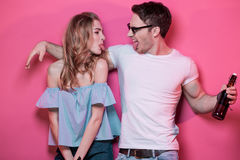 Pares à moda novos na roupa ocasional que levanta e que engana ao redor Imagem de Stock Royalty Free