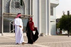 Pares árabes com a roupa tradicional que data fora foto de stock