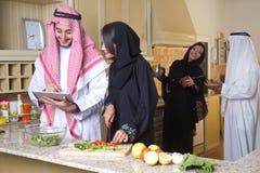 Pares árabes que cocinan y que beben el café Foto de archivo