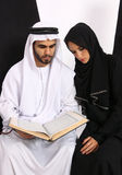 Pares árabes que lêem o Quran Fotos de Stock Royalty Free