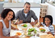 Pares étnicos que jantam com seu filho Imagem de Stock