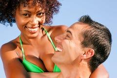 Pares - abraçando-se na praia Imagens de Stock Royalty Free