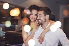 Pares acertados jovenes que sonríen, hombre del abrazo de la mujer dentro, boke fotos de archivo libres de regalías