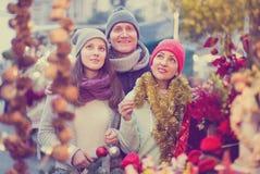 Pares activos de la familia con la muchacha adolescente que elige decoratio de la Navidad Imágenes de archivo libres de regalías