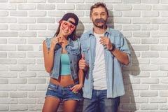 Pares adolescentes à moda fotografia de stock royalty free