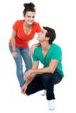 Pares adolescentes adorables del amor que presentan junto Fotografía de archivo