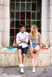 Pares adolescentes atractivos del estudiante que presentan delante de universidad Imagen de archivo