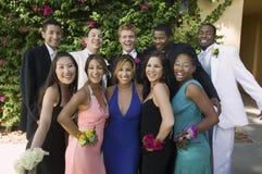 Pares adolescentes bem vestidos fora do retrato Imagens de Stock Royalty Free