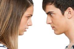 Pares adolescentes com expressão transversal da face. Fotografia de Stock