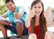 Pares adolescentes com polegares acima Imagens de Stock Royalty Free