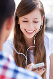 Pares adolescentes con el jugador mp3 Imagen de archivo libre de regalías