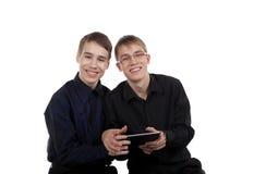 Pares adolescentes con la tableta Fotos de archivo libres de regalías