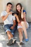 Pares adolescentes con la tablilla digital Imagen de archivo